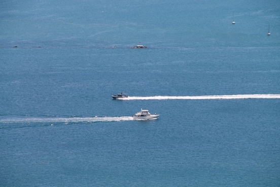 2 boats going past each other