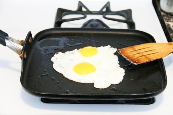 2 sunny side up eggs on skillet