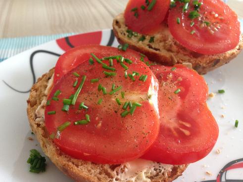 bun with tomatoes