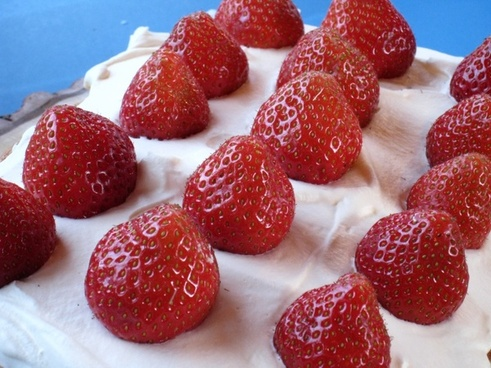 cake strawberries cream