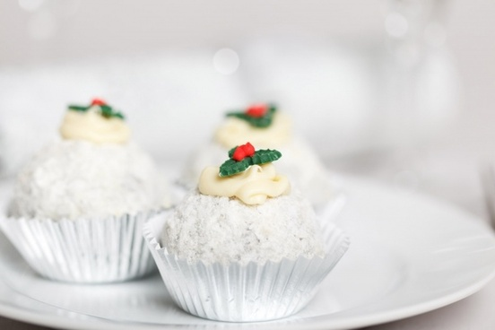 christmas cakes with holly