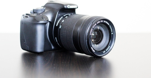 dlsr camera with zoom lens