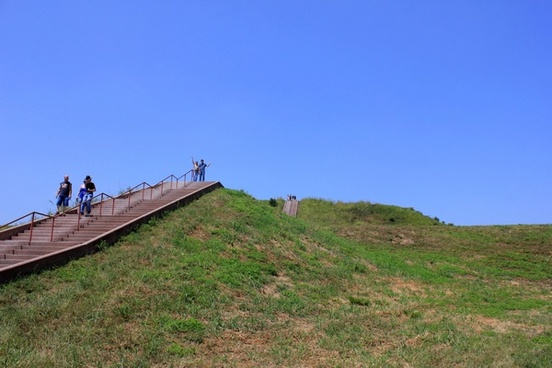 looking up monks mound at cahokia mounds illinois