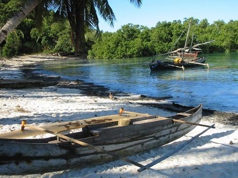madagascar canoe fisherman