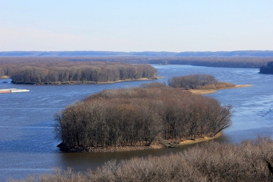 meandering straight in the mississippi at bellevue state park iowa