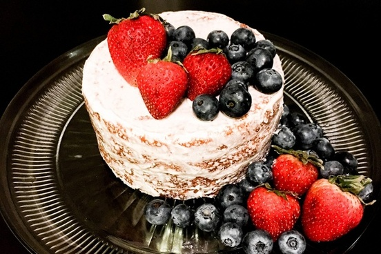 naked cake with strawberries 038 blueberries