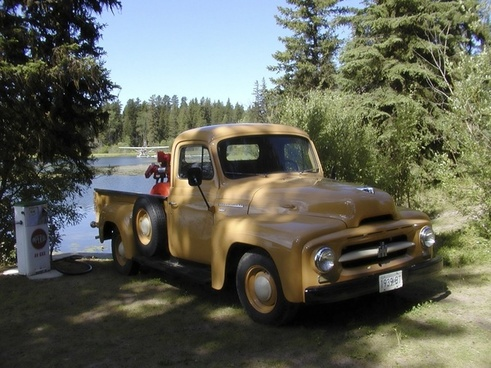 oldtimer yellow truck