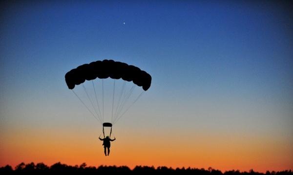 parachuting landing parachutist