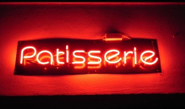 patisserie in neon