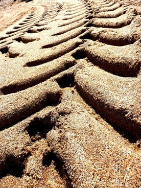 sand traces tire footprint