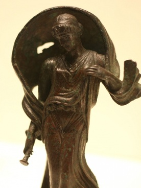 small bronze statue of a woman