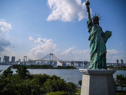 statue of liberty in odaiba tokyo bay