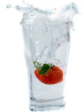 strawberries fall into the cup of instant highdefinition picture