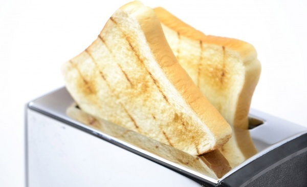 toaster and slices of bread
