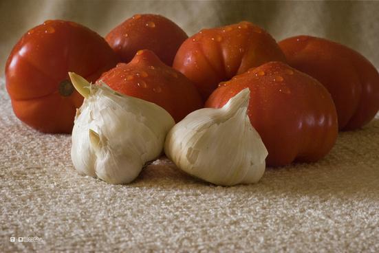 tomatos and garlic