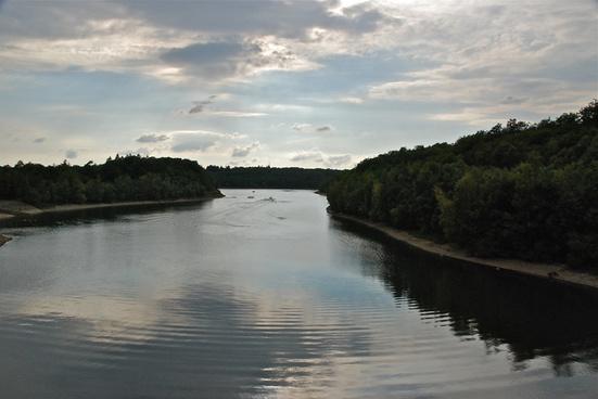 tombe du jour sur un bras du lac de leau dheure belgium