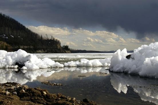 winter yellowstone lake wyoming