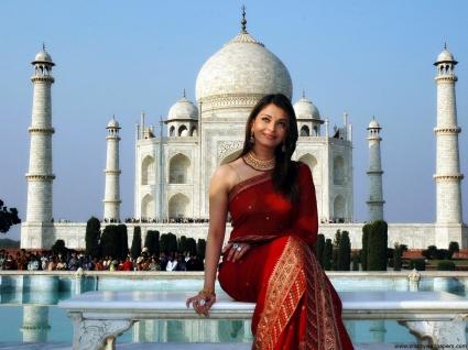 Beautiful Aishwarya Rai and Taj Mahal