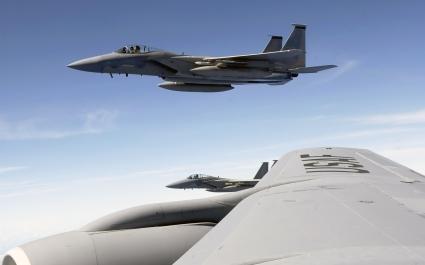 F 15 Eagle flies with KC 135 Stratotanker