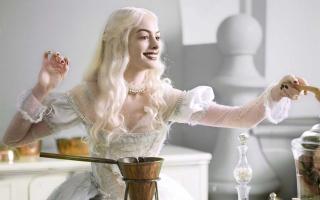 Anne Hathaway Alice in Wonderland