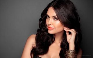 Bollywood Heroine Esha Gupta