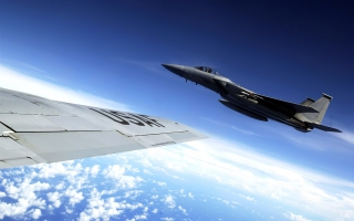 F 15 Eagle flies alongside a KC 135 Stratotanker